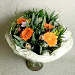 Frühlingsstrauss mit Saisonblumen