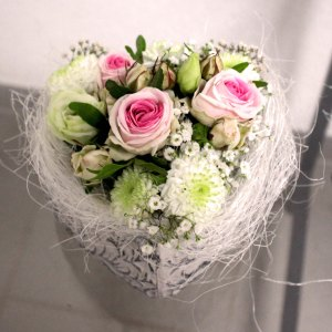 16. Gesteck Herzli mit Rose rosa 23.- Fr.
