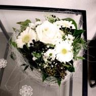 19. Gesteck Herzli mit weisser Rose 42.- Fr.