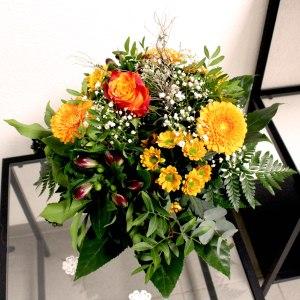 23. Blumenstrauss mit Saisonblumen orange 37.- Fr.