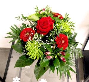 5. Blumenstraus mit Saisonblumen rot 38.- Fr.
